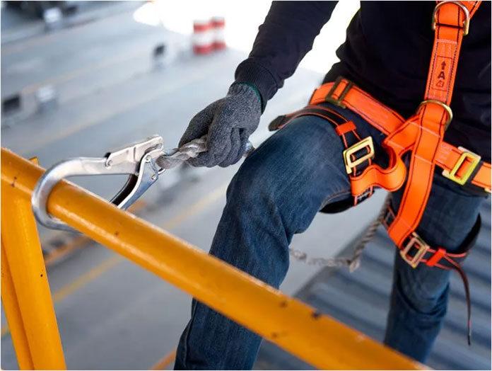 Jak dobrać środki ochrony przy pracy na wysokościach
